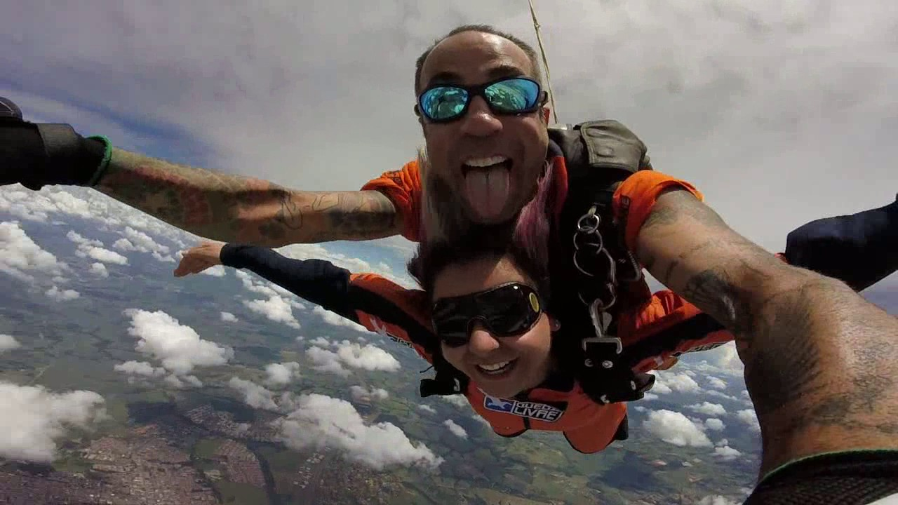Salto de Paraquedas da Juliany na Queda Livre Paraquedismo 08 01 2017