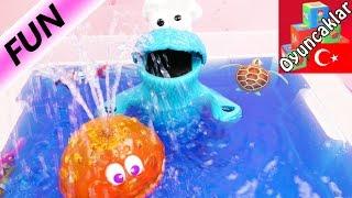PLAY DOH KURABIYE CANAVARI Banyo Partisi Yapıyor - Tinti Banyo Suyu ve Robot Balıkları