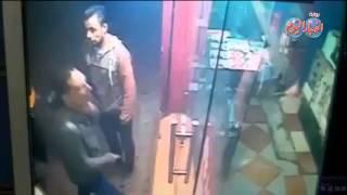 3 لصوص يقتحمون  محل مغلق بالقاهرة ويسرقونه أمام المارة
