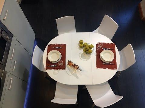 Mesa redonda extensible blanca versalles ondarreta youtube for Mesas para cocinas blancas