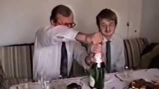 Ojciec z synem otwiera szampana 1997