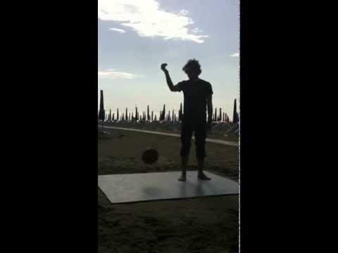 Prova rimbalzo pallone basket di Joker Sport Deluxe direttamente su spiaggia