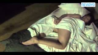Yatakta Yarı çıplak uyuyan Sevgiliye korkunç şaka