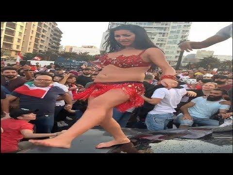 رقص شرقي أمام مسجد في مظاهرات لبنان يثير ضجة