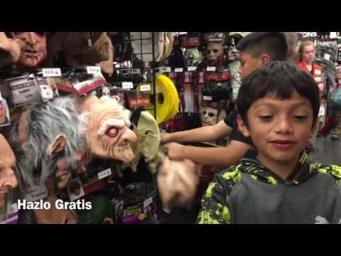 Comprando mascaras de Halloween en Party City