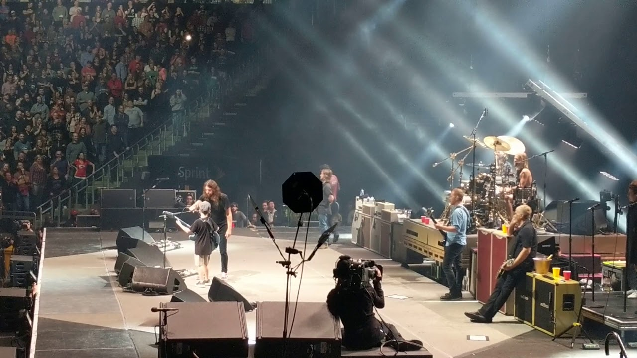 Kid plays guitar on stage with The Foo Fighters, and gets Dave Grohl's guitar!