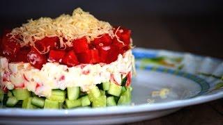 Слоеный салат с крабовыми палочками, помидором и огурцом. Готовим простые рецепты от wowfood.club