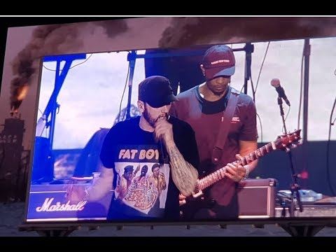 Eminem disses MGK on stage.