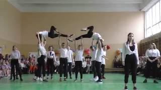 Старшеклассники танцуют в школе спортивный танец, школа 287
