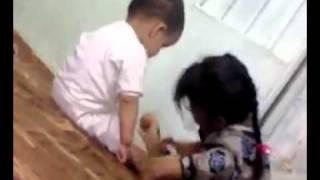 بنت صغيره تلبس اخوها وتضربه