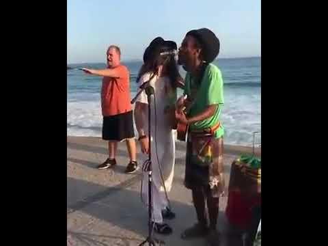 """AEROSMITH - Steven Tyler canta """"imagine"""" com músico de rua no Rio"""