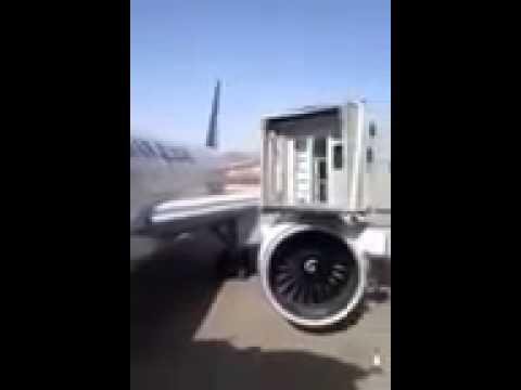 شاهد : إصطدام جسر الركاب بطائرة الخطوط السعودية بمطار المدينة المنورة