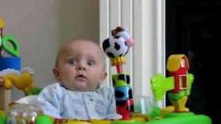 Ребёнок боится шума(Ребёнок испугался шума. Заходи на http://afunto.ru. Смешное видео каждый день., 2012-02-03T04:39:33.000Z)
