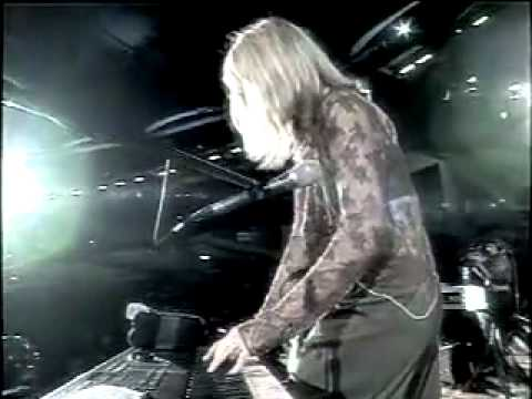 Donna Lewis performing