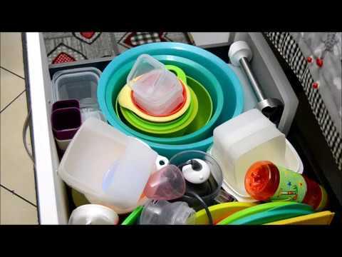 Organizziamo in cucina i contenitori tupperware e le stoviglie appena lavate