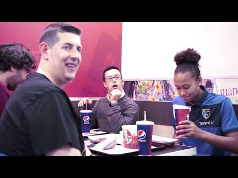 Complicidad entre equipos y afición de Movistar Estudiantes en el restaurante KFC Gran Vía