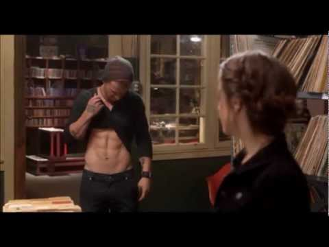 Pitch Perfect - Jesse is making fun while stacking CDs with Beca - german