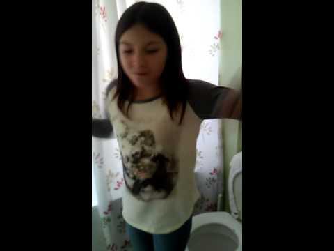 Lo que hacen las mujeres en el ba o youtube for Chicas en el bano