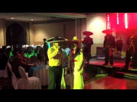 Miguel Angel González, pitcher de los Orioles de Baltimore, cantando con mariachi