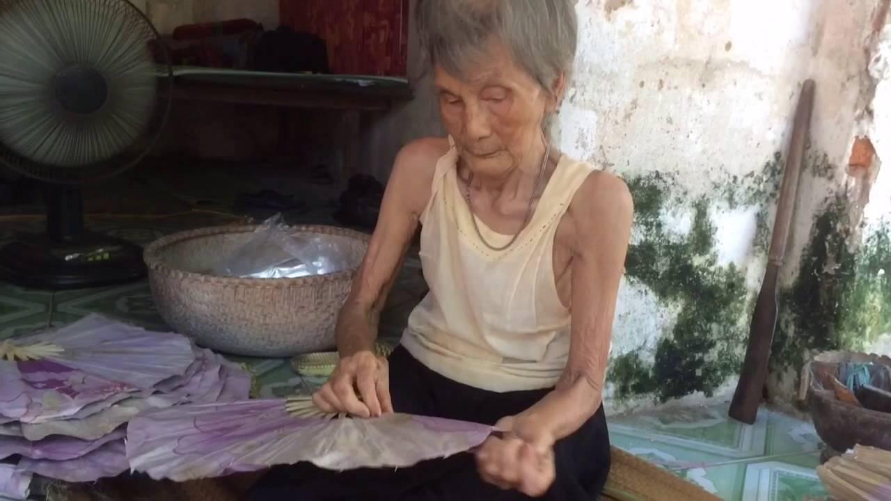 Làm quạt truyền thống làng Vác
