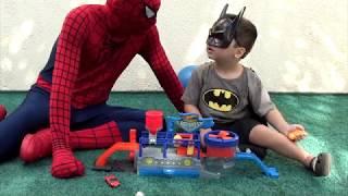 Homem Aranha e Pequeno Batman Pista HOTWHEELS MEGA LAVA JATO