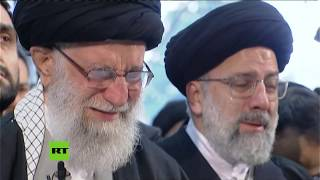 El líder supremo de Irán llora durante el rezo en el funeral de Soleimani