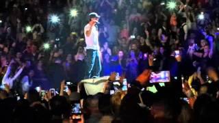 Enrique Iglesias besa a una dominicana en un concierto en el Madison Square Garden de New York