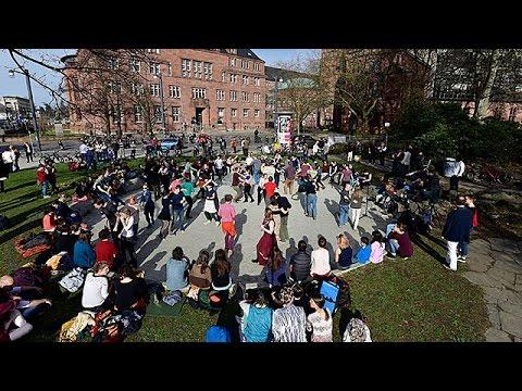 Flashmob: Freiburger tanzen für den Erhalt des Tango-Brunnens