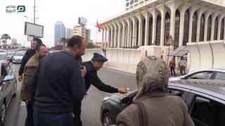 بالفيديو| مأمور قسم أبو العلا يوزع «شيكولاتة» أمام وزارة الخارجية