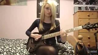 Девушка играет на гитаре 1