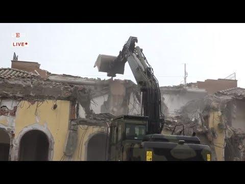 Casamonica, Zingaretti e Salvini alla demolizione di una villa abusiva