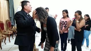 Mulher Vomita 4 Giletes depois da Oração  do PASTOR ANDRADE Presidente da igreja Renascer em Roraima