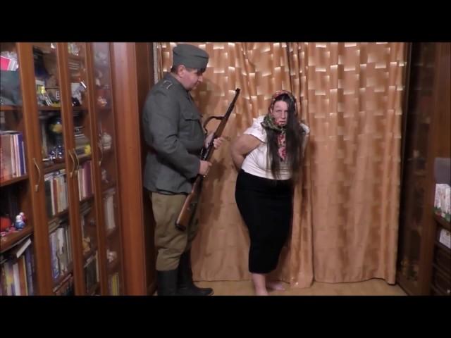 Изображение предпросмотра прочтения – НатальяПолухова читает произведение «Под вечер в гестапо ее привели» А.А.Суркова