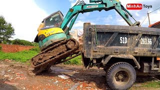 Amazing Video ! Excavator Unloading in Truck By Experience Driver