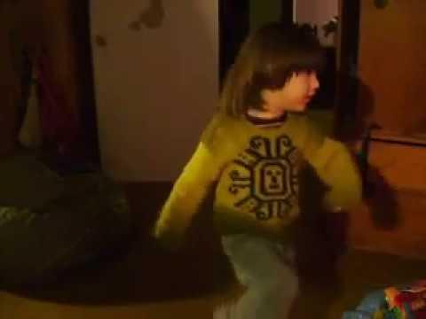 MI niño bailando Hi5 toc toc toc.  My little boy dancing Hi5 toc toc toc.