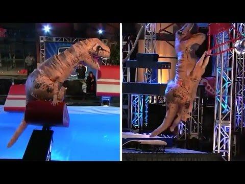 American Ninja Warrior Videos - Ninja-Saurus Dinosaurio Sorprende al Publico