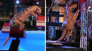 アメリカ版のSASUKEにティラノサウルスが登場!まさかの身体能力を見せる