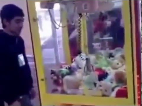 Как правильно достать игрушку с Автомата!How to geat a toy from a vending machine!