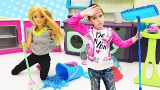 Куклы Барби. К Барби приехала мама. Видео для девочек.