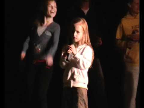 5 летняя Соня поет песню группы Любе!