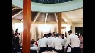 Смелую невесту подкидывают в воздух на свадьбе.
