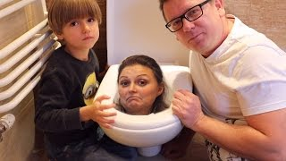 Toilet Trouble CHALLENGE - Hasbro Gaming Family Fun Game