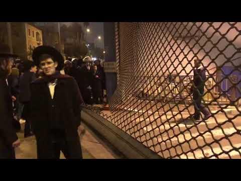 חרדים שוברים את מחסום התחנה המרכזית. צילום: לירן תמרי