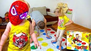 Играем в Твистер Челлендж и маленький человек паук дома Twister сhallenge with children Spiderman