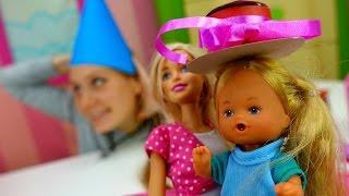 Маша и Барби делают головной убор для Штеффи