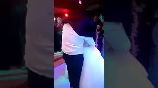 عريس يبوس عروسته في الفرح قدام المعازيم