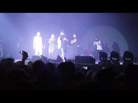 Девушка спела вместе с группой ХЛЕБ – Чай Сахар