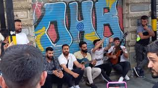 13.07.21 год Стамбуле район Таксим пацаны поют на гитаре