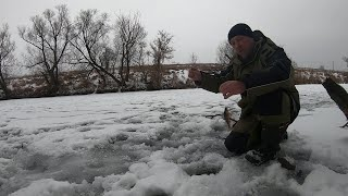 Рыбалка на реке Осваиваю безмотылку Зимняя рыбалка2021