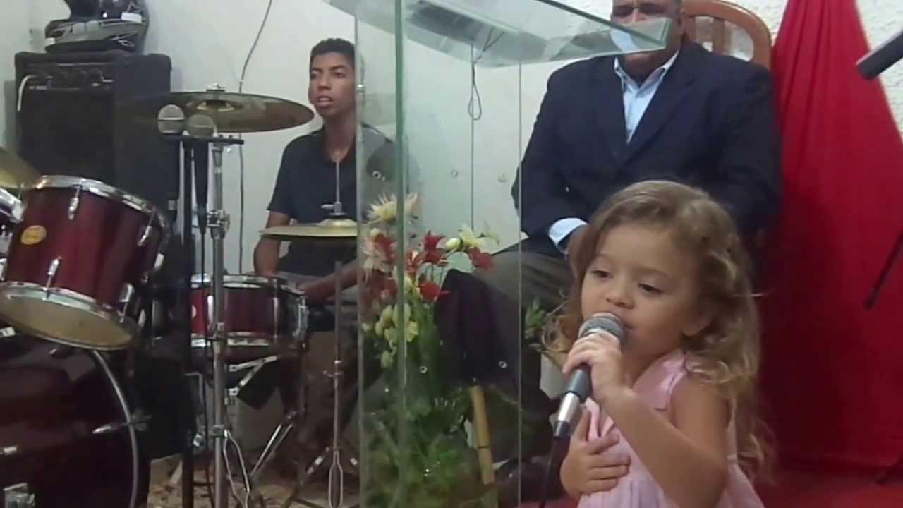 Criança De 2 Anos Cantando, E O Fogo Pega Na Igreja.Glória